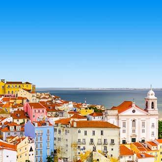 Gekleurde huizen op een berg in Lissabon
