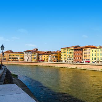 Gekleurde huisjes aan het water in Pisa, Italië