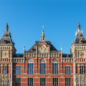 Gevel van het centraal station van Amsterdam in Nederland