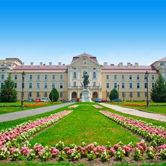 Godollo Universiteit met blauwe lucht en bloemen Budapest