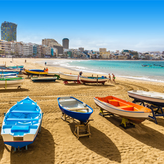 Boten op het strand, met op de achtergrond Las Palmas, in Gran Canaria.