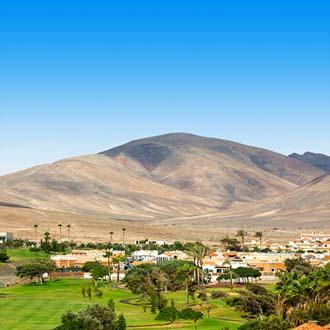 Grasveld en berg Caleta de Fuste