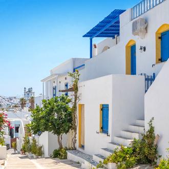 Straat met witte huisjes in Naoussa
