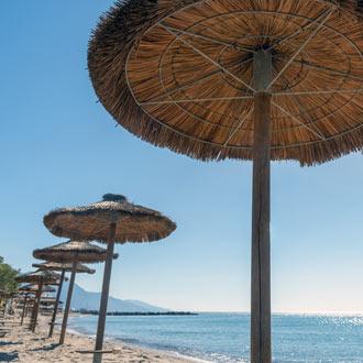 Het strand met parasols bij Kos stad