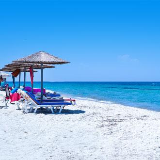 Uitzicht op Marmari Beach met strandbedjes op Kos