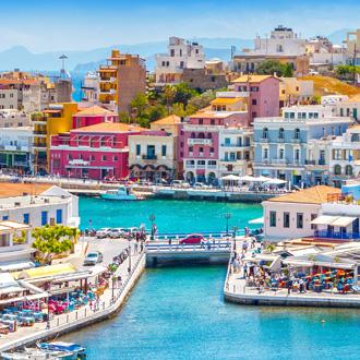 Uitzicht op gekleurde gebouwen in Agios Nikolaos op het Griekse eiland Kreta