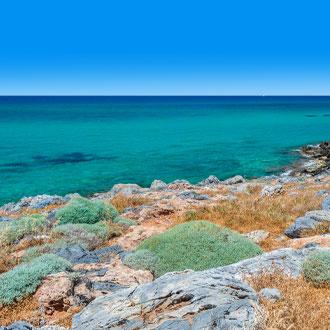 Turquoise water en rotsen bij de badplaats Malia op Kreta
