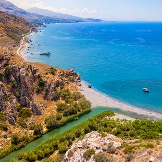 Uitzicht op palmstrand in Rethymnon op Kreta