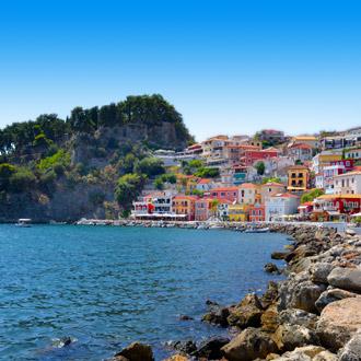 Stadsuitzicht met gekleurde huisjes in de stad Parga, Griekenland
