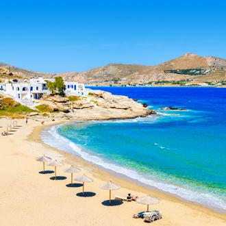 Prachtig zandstrand in een baai op het Griekse eiland Paros