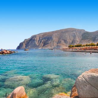 Uitzicht op het water en een berg op het Griekse eiland Santorini