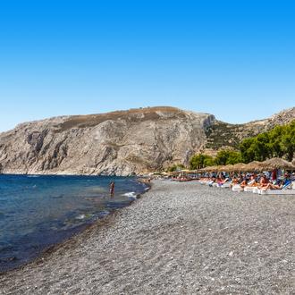 Een strand in Kamari op het Griekse eiland Santorini