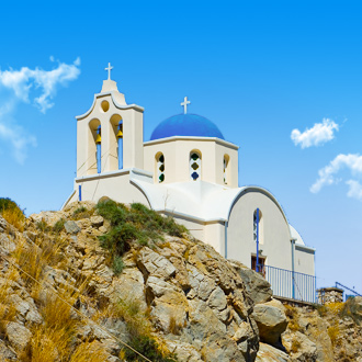 Een orthodoxe kerk in Kamari op Santorini, Griekenland