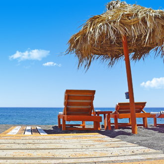 Strandbedjes in Kamari op het Griekse eiland Santorini