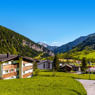 Groen landschap met chalets in Wallis, Zwitserland