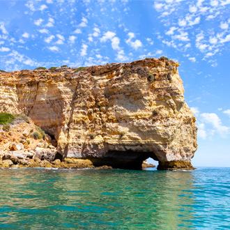 Grotten in de blauwe zee van Carvoeiro
