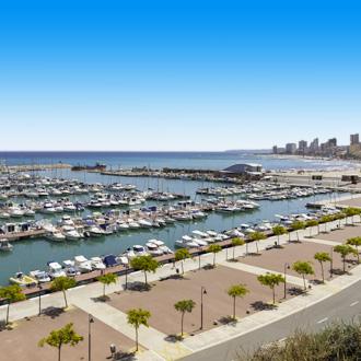 Boulevard en haven met boten in Alicante