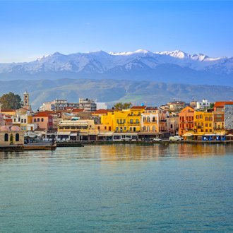 De haven van Chania met berglandschap en gekleurde huisjes op Kreta, Griekenland