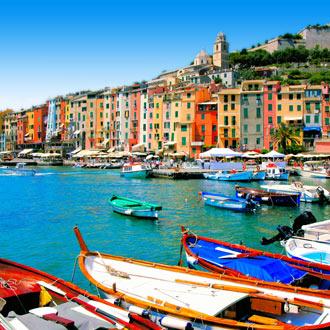 Haven met gekleurde bootjes en huisjes in Portovenere, Italie
