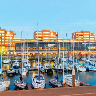 De haven van Scheveningen met vissersbootjes in Nederland