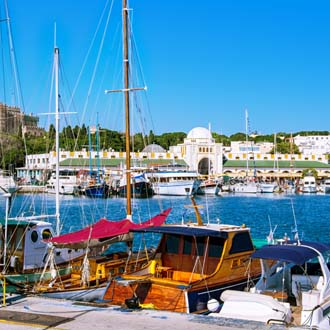 Haven met boten, zee en cultureel gebouw op de achtergrond