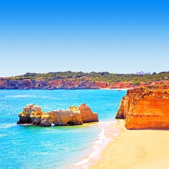 Helderblauwe zee bij de kust van Praia da Rocha, Portugal