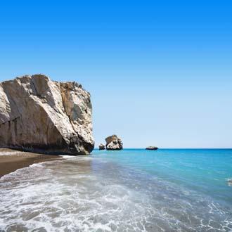 Helderblauwe zee met rots aan de kust van Paphos in Cyprus