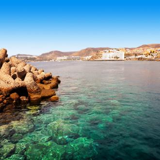 Heldere zee van Arguineguin, Gran Canaria