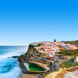 Het dorpje Sintra tegen een rots aan zee gelegen, aan de Costa de Lisboa