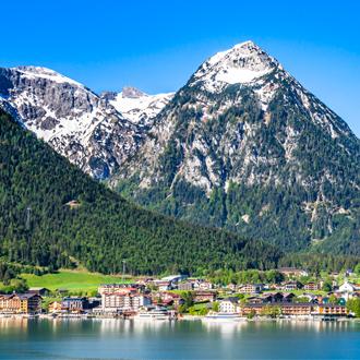 Het dorpje Pertisau aan het Achensee meer in Tirol, Oostenrijk
