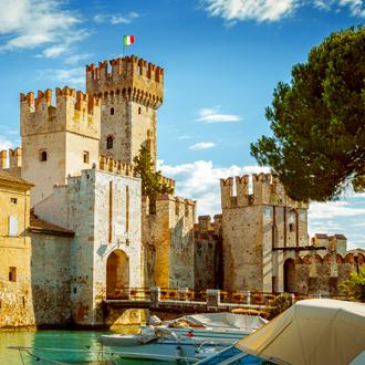Het kasteel van Rocca Scaligera in Sirmione, Gardameer, Italië
