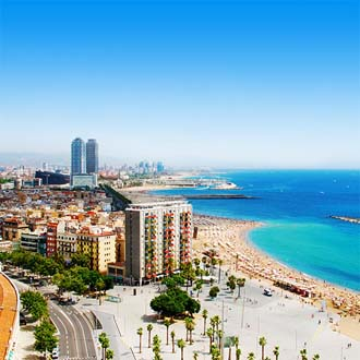 Het strand van Barcelona met hotels op de voorgrond