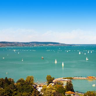 Uitzicht op het Balatonmeer in Hongarije