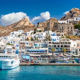Witte huizen en bergen op het eiland Naxos in Griekenland