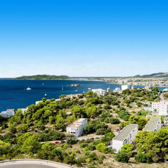 Ibiza-stad en Playa d'en Bossa Beach in Ibiza