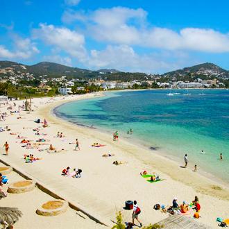 Het zandstrand en de zee in Talamanca op Ibiza
