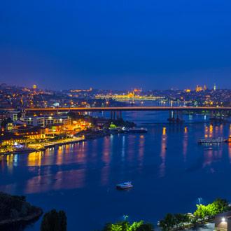 Uitzicht op de baai bij Istanbul in de nacht