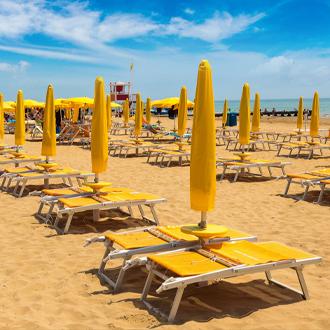 Italie-Parasols-op-het-strand-van-Lido-di-Jesolo