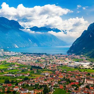 Italie-Riva-Del-Garda-Luchtfoto-bergen-en-het-Gardameer-Trentino