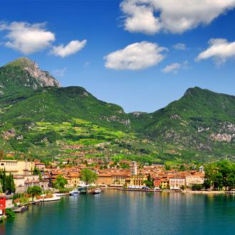Italie-Riva-Del-Garda-zicht-op-het-stadje-aan-het-water