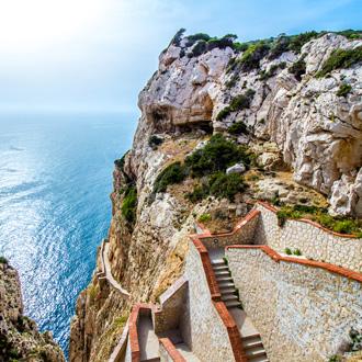 De trap naar de Neptune's grot in Capo Caccia kliffen, Sardinie