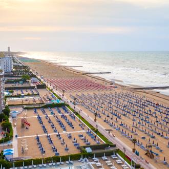 Italie-Uitzicht-over-het-strand-van-Lido-di-Jesolo