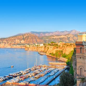 Uitzicht over de Tyrreense zee met een haven in Campania