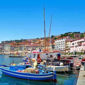 Vissersboten en gekleurde gebouwen op het eiland Elba