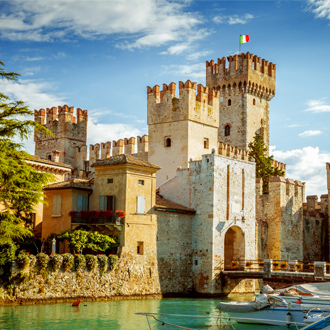 Het kasteel Scaligera, met een blauwe lucht