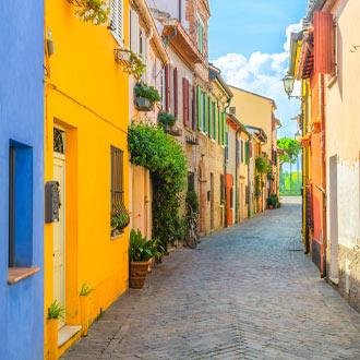 Kleurrijk straatje in het oude centrum van Rimini