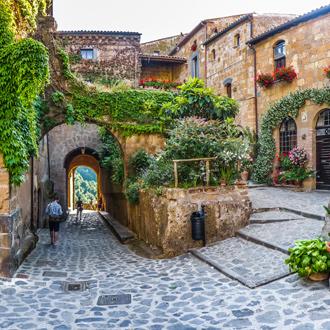 Prachtig uitzicht op een idyllisch steegje in de beroemde Civita di Bagnoregio