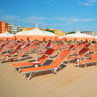 Ligbedjes op het strand in Rimini