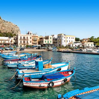 Kleine haven met vissersbootjes in het centrum van Mondello op Sicilie in Italie