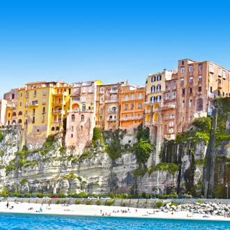 Gekleurde huisjes in de stad Vibo Valentia, Italie